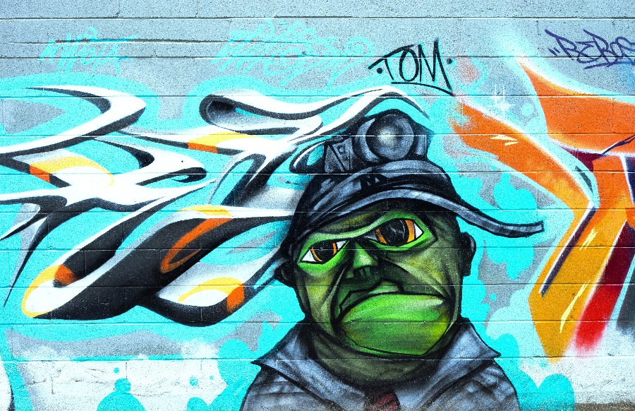 Image of a graffiti drawn on wodden wall using best spray paint for wood